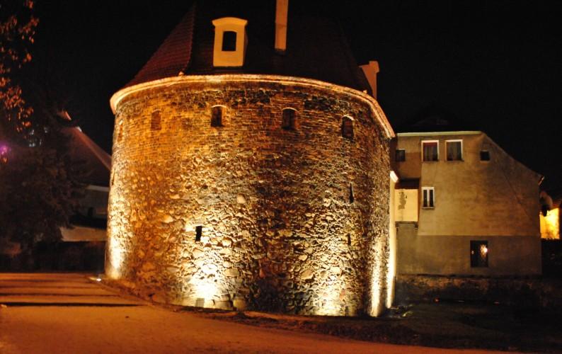 podświetlone średniowieczne mury