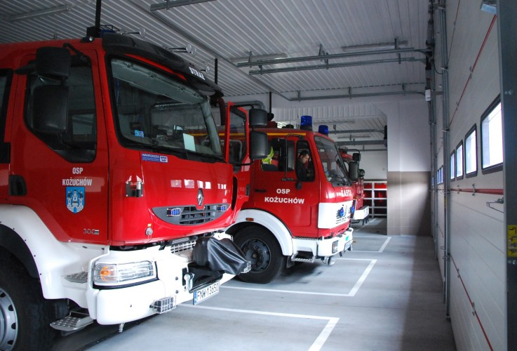 samochody strażackie w garażu