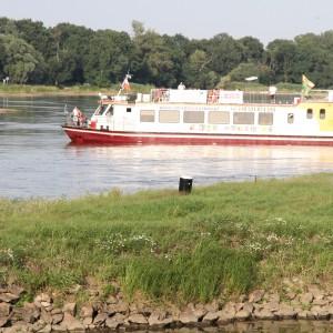Statek wycieczkowy na rzece