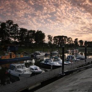 Boote im Hafen, Sonne geht unten