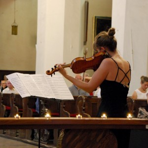 Henrykowski Musikfestival: Frau spielt Geige, Violine