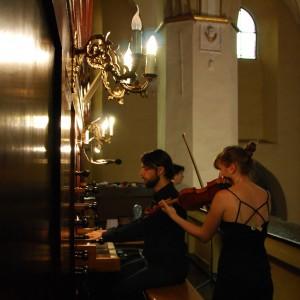 kobieta gra na skrzypcach, mężczyzna na organach