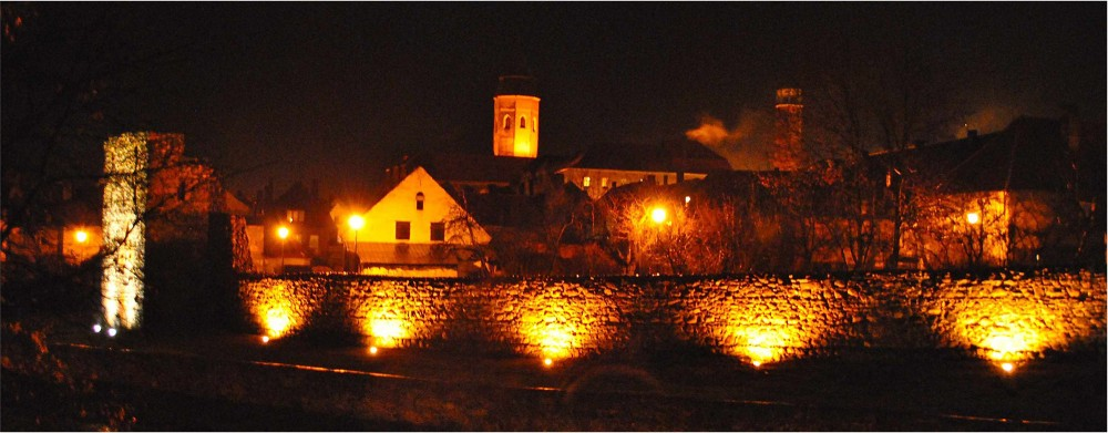 Oświetlone mury w Kożuchowie