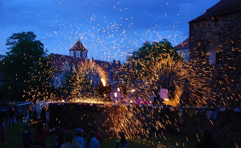 Pokaz ognia na średniowiecznych murach