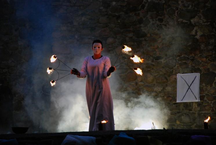 Kobieta żonglująca zapalonymi pochodniami