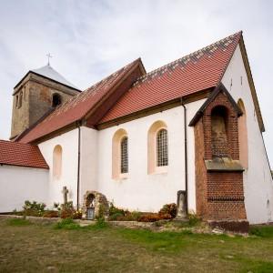 kościół z białą elewacją i czerwonym dachem